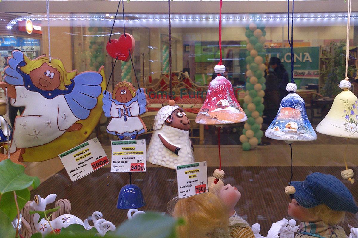Подвесные сувениры и колокольчики с символикой наступающего Нового года