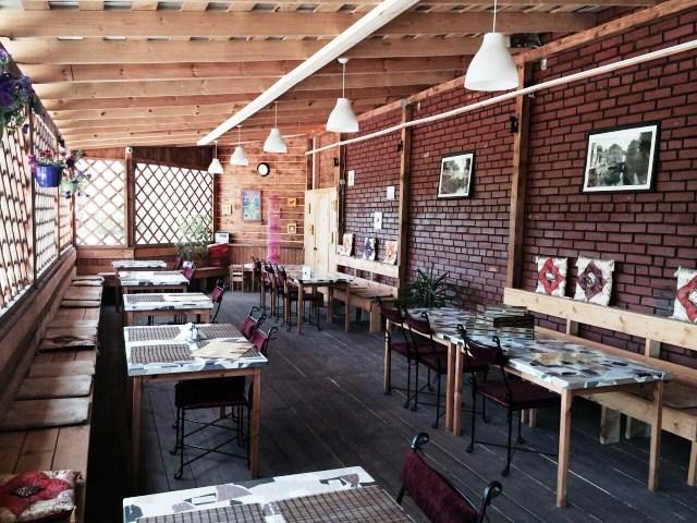 С мая по сентябрь в кафе функционирует просторная веранда