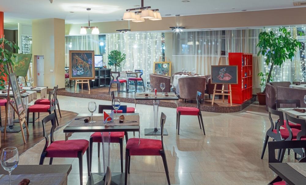Просторный банкетный зал ресторана с эффектным антуражем