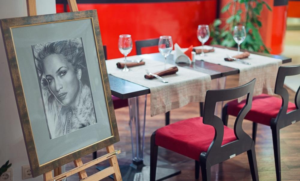 Дизайн ресторана стилизован под мастерскую художника