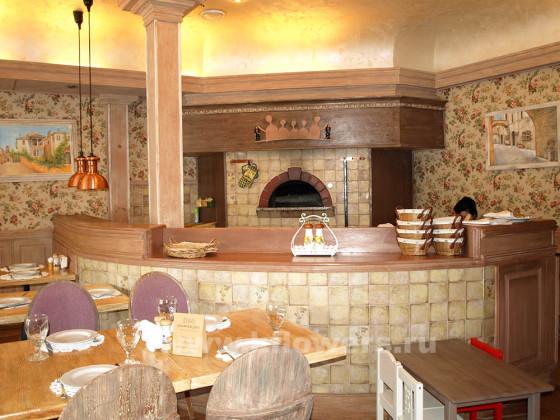 Барная стойка ресторана в духе французской провинции