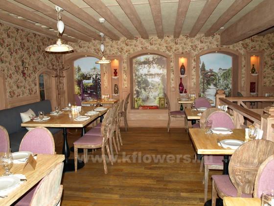 Цветастый гобелен, потолочные балки, мебель – стиль французской провинции