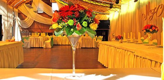 Солнечное настроение в свадебном декоре летней веранды клуба Персона Грата