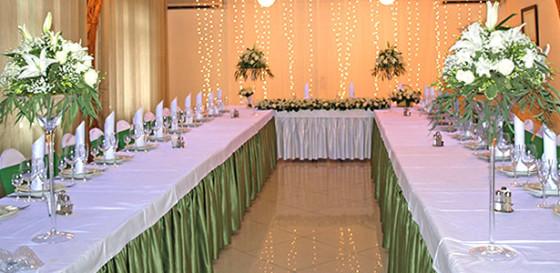 Вариация на тему белоснежного оформления банкетного зала цветами к золотой свадьбе