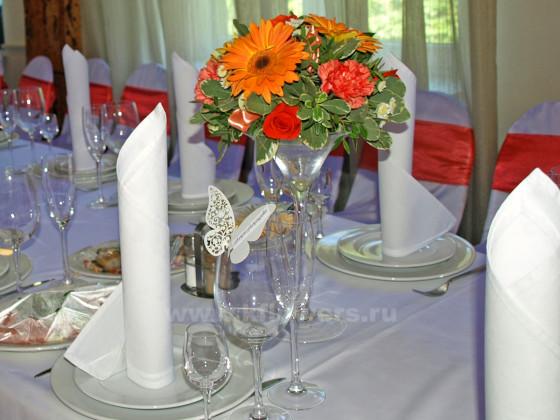 Настольная композиция для гостевых столов соседствует с изящной бабочкой на бокале