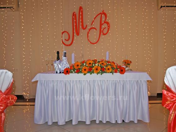 Композиция для стола жениха и невесты - фото дизайнерской картины президиума новобрачных вцелом