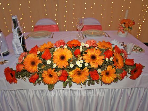 Свадебная цветочная композиция из гербер, гвоздик, роз, хризантем