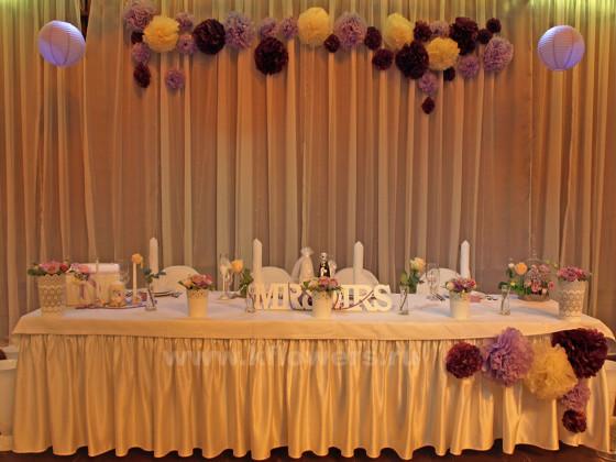 Украшение стола жениха и невесты выполнено в розово-сиреневой гамме