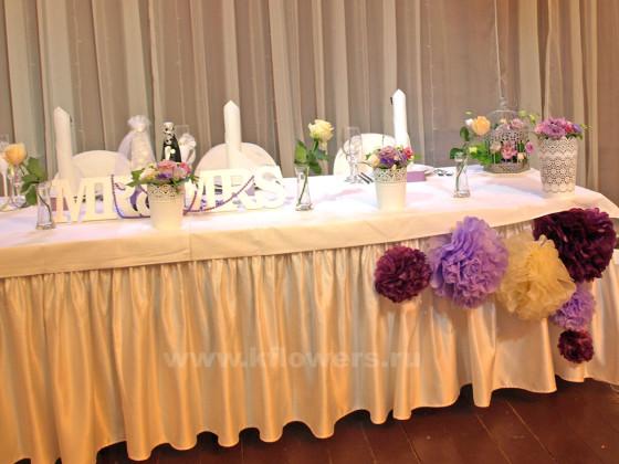 Стол жениха и невесты украсили крупногабаритной имитацией живых цветов
