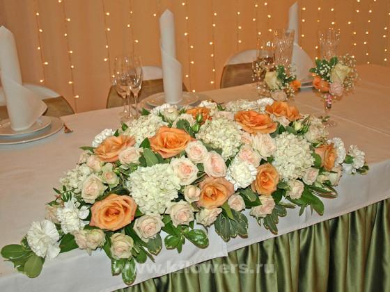 Состав центральной цветочной композиции стола молодых: гортензии, розы, гвоздики, питтоспорум