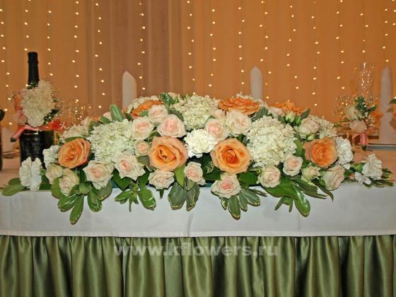 Пастельные краски флористического произведения гармонируют с обстановкой и настроением гостей