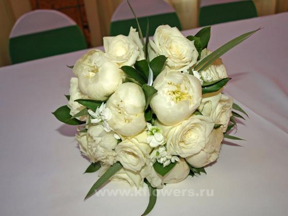 Круглый букет невесты, прикрепляемый к запястью юбилярши лентой, был создан в облегченном варианте