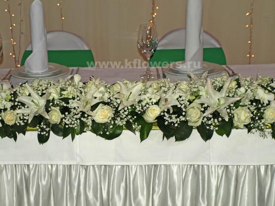 Центральная настольная композиция: розы, лилии, орхидеи с гипсофилой и салалаом