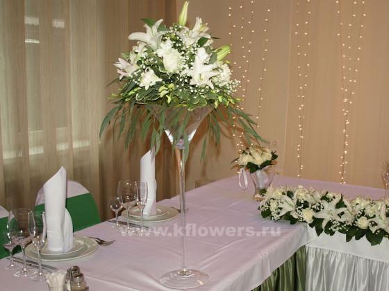 Настольные композиции для гостевых столов сформировали праздничное настроение