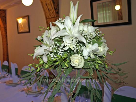 Состав цветочных композиций для гостей: розы, лилии, орхидеи дендробиум, эвкалипт
