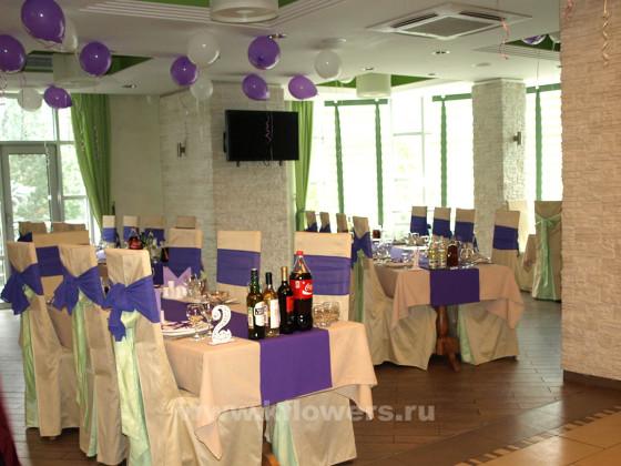Оформление свадебного зала решено было сделать в изумительной фиолетовой гамме