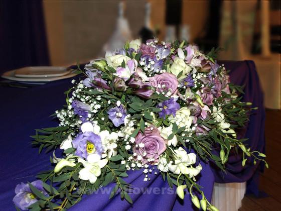 Свадебная настольная композиция: розы, эустомы, альстромерии, орхидеи дендробиум