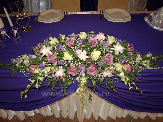Центральная свадебная композиция из живых цветов собрана в соответствии с каскадной технологией