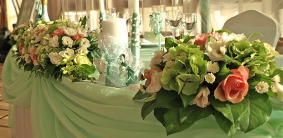 Мятная свежесть с розовыми нюансами в декоре свадебного зала и выездной регистрации