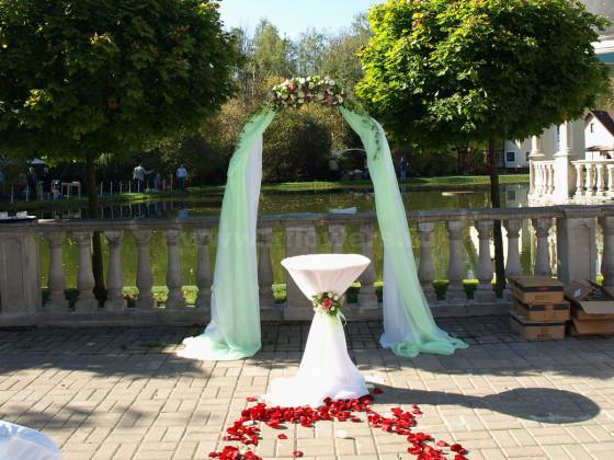 Украшение свадебных объектов было решено создавать в мятно-розовой цветовой гамме