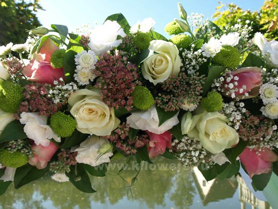 Состав композиции: хризантемы, розы, седум, эустомы, орхидеи дендробиум