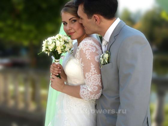 Букет невесты и бутоньерка жениха созданы из цветов, вкупе формирующих мятный оттенок