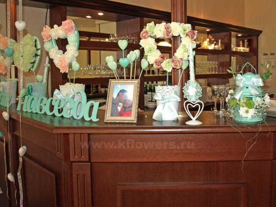 Мятно-розовая палитра использовалась в компоновке и в изготовлении всех элементов декора