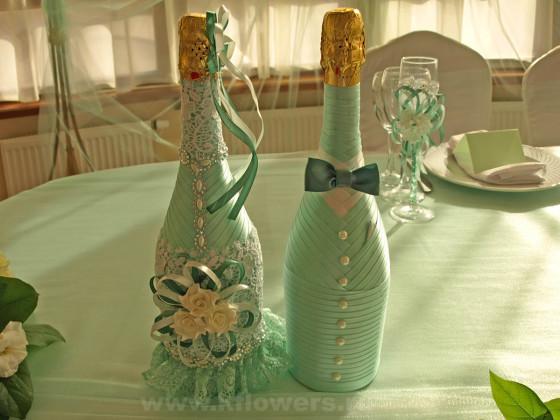 Забавные наряды для бутылок свадебного шампанского внесли нотку юмора в свадебный антураж