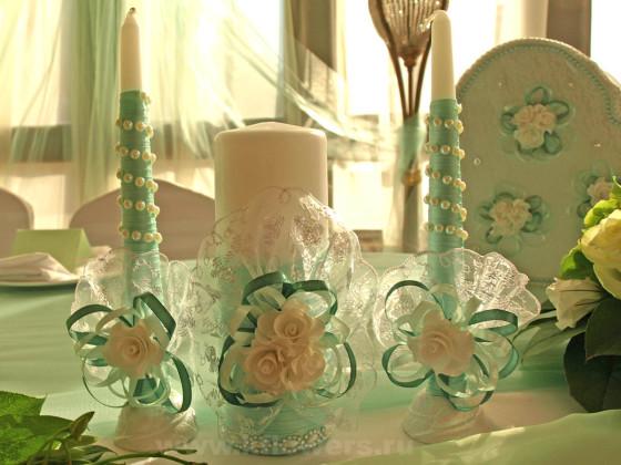 Группа креативно украшенных свечей чудесно дополнила декоративную картину президиума