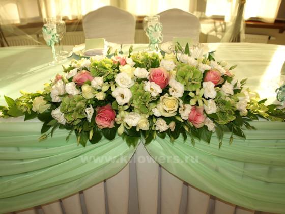 Композиция на стол жениха и невесты: хризантемы, розы, гортензии, орхидеи дендробиум
