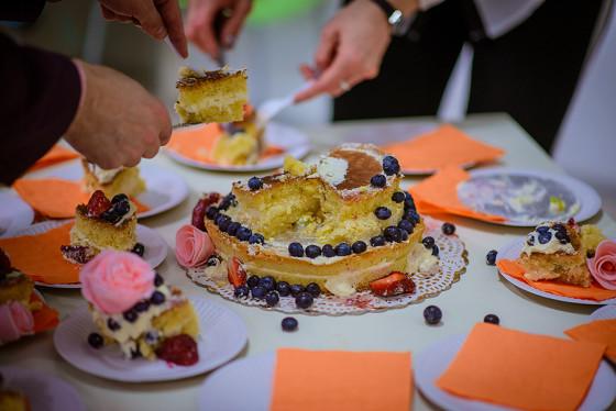 Присутствующих угощали вкуснейшим тортом ручной работы