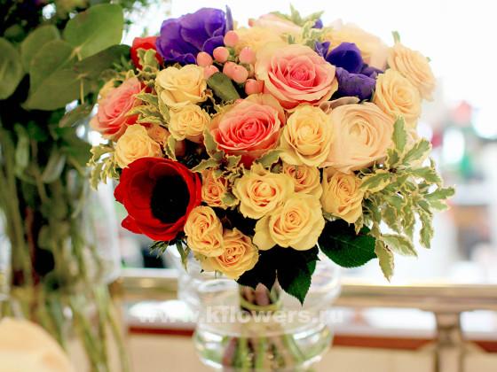 В компоновке применяются розы: крупноголовые, кустовые, пионовидные