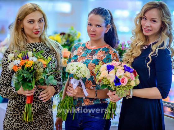 Дизайнеры свадебной моды лояльны к монохромным и разноцветным букетам