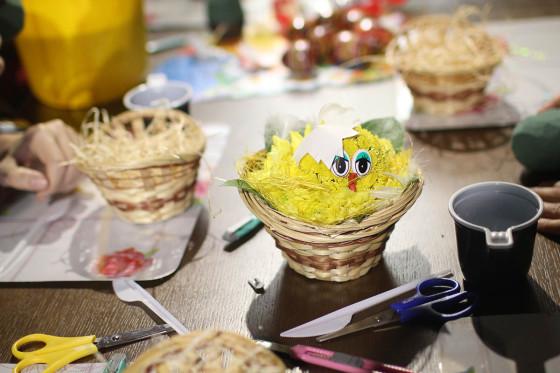 Забавный цыпленок из живых цветов - отличный подарок к грядущей Пасхе